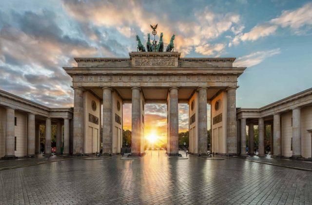 Sonnenuntergang hinter dem Brandenburger Tor in Berlin, Deutschl